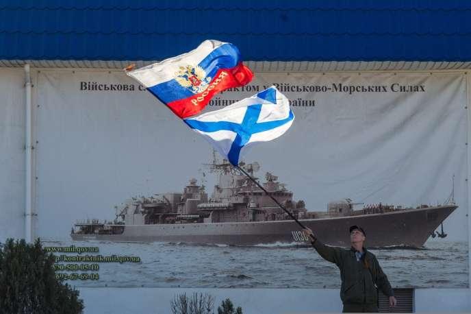Un militant prorusse, le 3 mars devant les locaux de la marine ukrainienne, à Sébastopol.