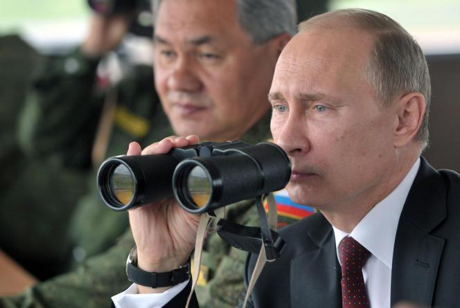 Le président russe Vladimir Poutine lors d'exercices militaires au large de l'île de Sakhaline, le 16 juillet 2013.