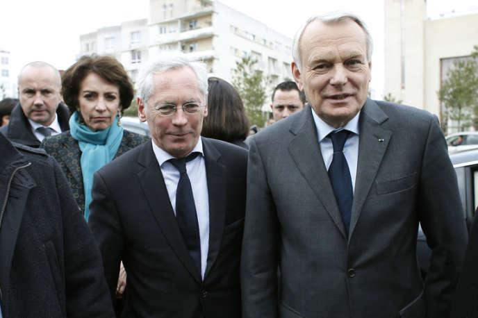 Jean-Marc Ayrault et Jean-Paul Jeandon, maire PS de la ville, à Cergy-Pontoise (Val-d'Oise), le 24 janvier.