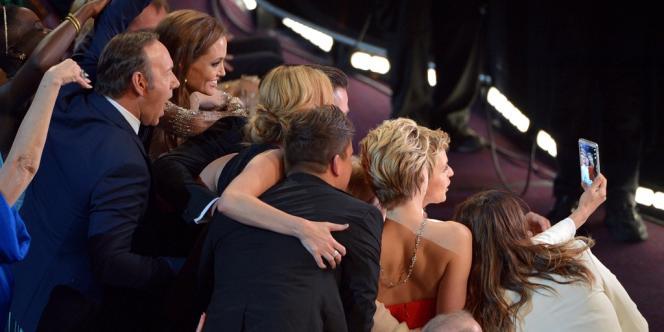« Si le bras de Bradley Cooper avait pu être plus long. Meilleure photo de tous les temps », écrit, en guise de légende, Ellen DeGeneres.
