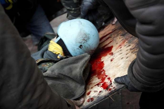 Un manifestant blessé, le 20 février à Kiev.