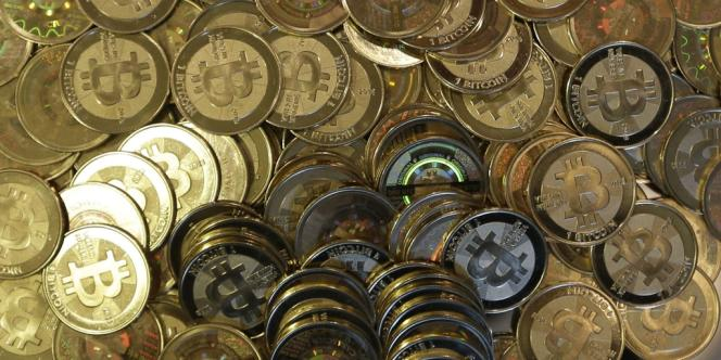 Des jetons représentant des pièces de bitcoins.