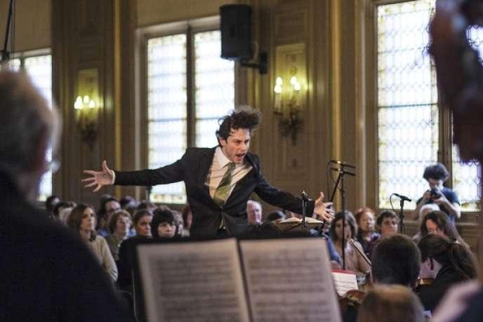 Le jeune chef d'orchestre Maxime Pascal dirige