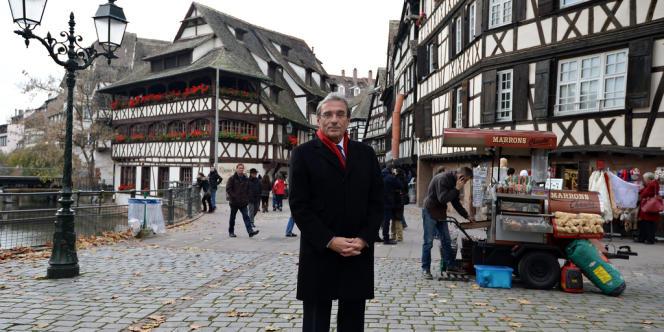 Roland Ries pose dans une rue de Strasbourg, en novembre 2013.
