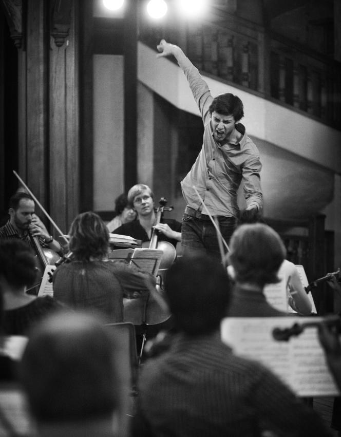 Maxime Pascal, lauréat du concours 2014 de direction d'orchestre de Salzbourg, ici en répétition de