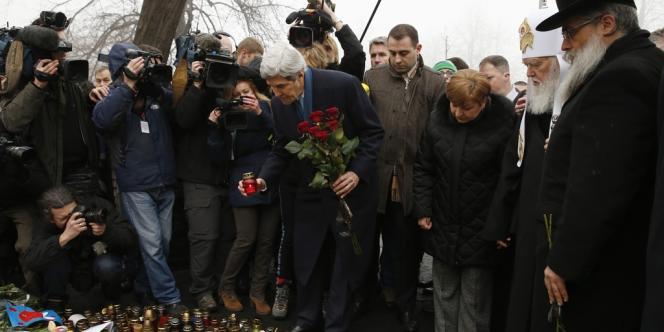John Kerry à Kiev, rue Institutska, où des dizaines de personnes ont péri sous les balles des forces de l'ordre le 20 février.