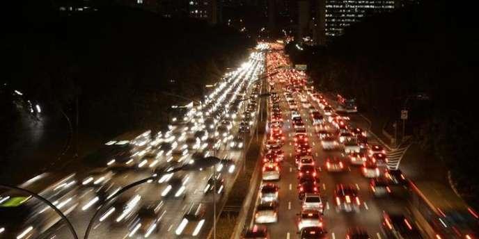 Des dispositifs permettant aux voitures d'échanger des informations afin d'éviter des collisions ou de fluidifier le trafic sont mis au point.