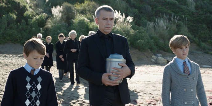 Paul Villers (Philippe Torreton), avec ses enfants Thomas (Baptiste Marcel) et Antoine (Mathis Martinelly), s'apprête à disperser les cendres de sa femme, Manon (Marie Bäumer).