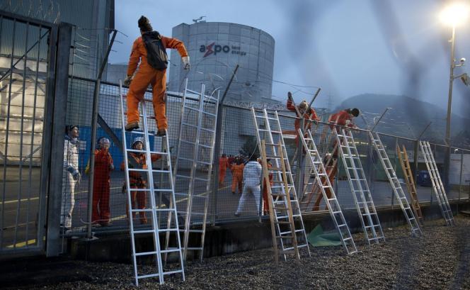 Action de Greenpeace à la centrale de Beznau en Suisse, mercredi 5 mars.