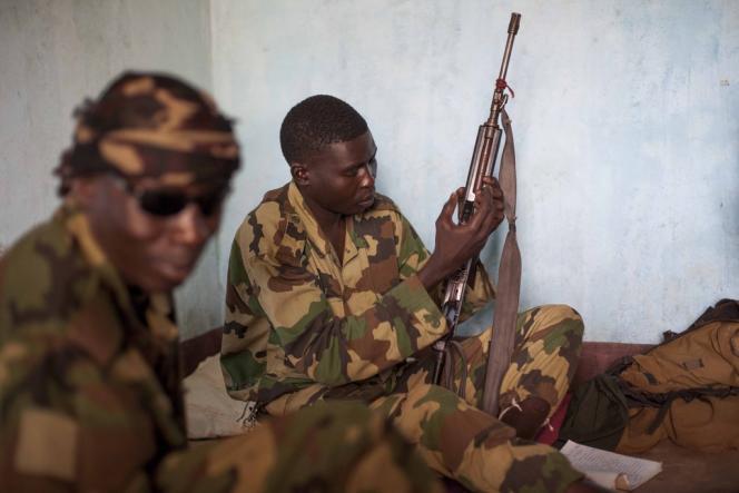 Des combattants de la Séléka, le 25 février, confinés dans une base à Bangui.