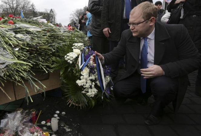 Le ministre estonien des affaires étrangères, Urmas Paet, dépose une gerbe devant le mémorial dédié aux victimes de la répression, le 25 février à Kiev.