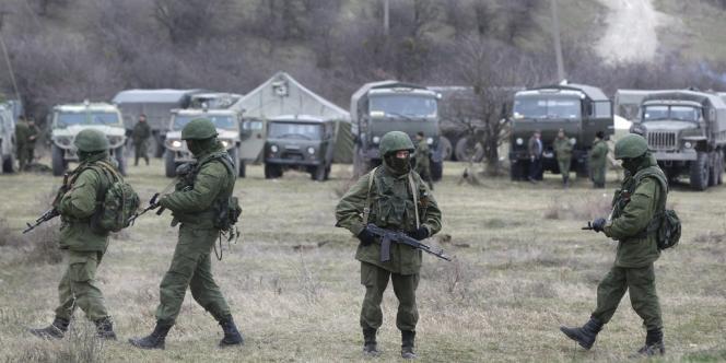Des soldats russes ou pro-russes gardent la base ukrainienne de Perevalne, en Crimée, le 4 mars.