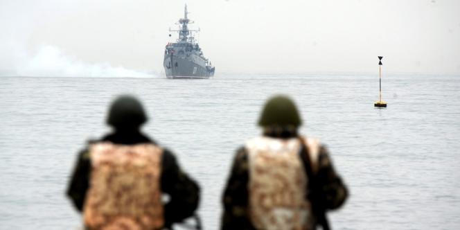 Des marines ukrainiens regardent un navire militaire russe dans la baie de Sébastopol, le 4 mars.