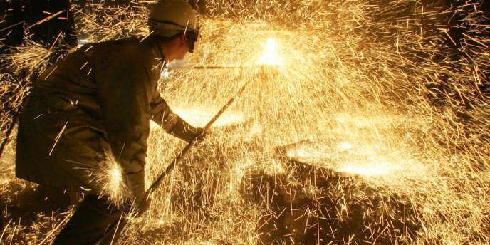 Un sidérurgiste effectue un prélèvement lors d'une coulée d'acier dans une usine d'Ascométal, à Fos-sur-Mer (Bouches-du-Rhône).