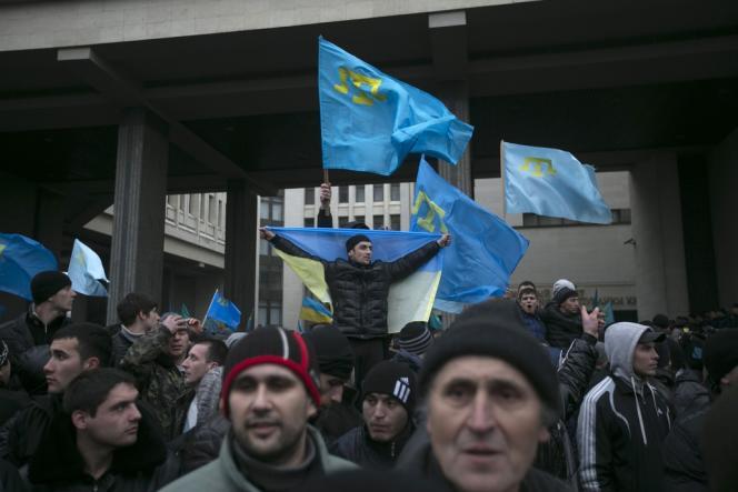 Des Tatars devant le Parlement de Simferopol, le 26 février.