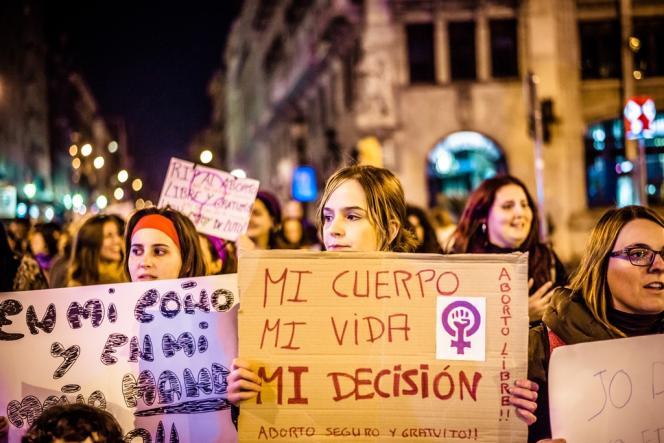 Le 4 février, à Barcelone. Marche pour protester contre le projet de loi du gouvernement conservateur espagnol limitant le droit à l'avortement.