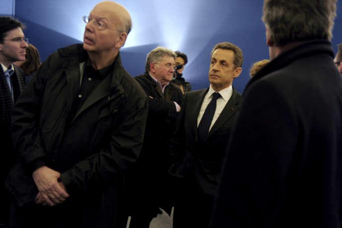 Patrick Buisson (à gauche) et Nicolas Sarkozy, avant le meeting du candidat à la présidentielle sur la place de la Concorde, à Paris, le 15 avril 2012.