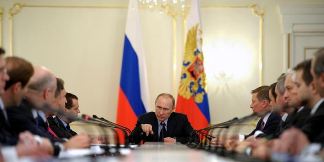 Vladimir Poutine réunit son gouvernement à Novo-Ogaryovo, aux alentours de Moscou, le 5 mars 2014.