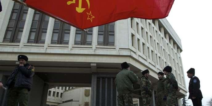 Le drapeau soviétique flotte sur le Parlement local de Simferopol en Crimée.