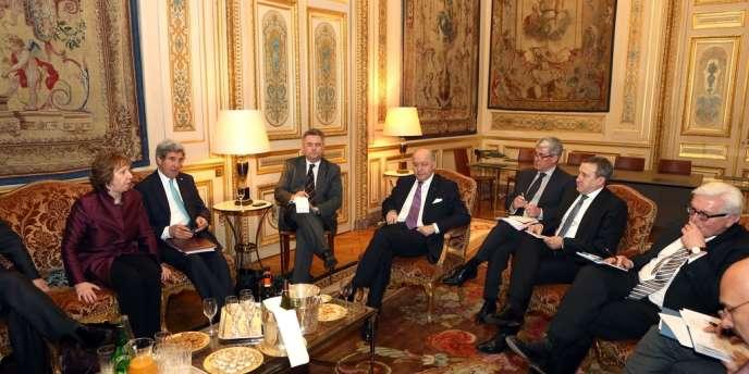 Discussions mercredi à Paris entre, de gauche à droite, Catherine Ashton (UE), John Kerry (Etats-Unis), Laurent Fabius (France), Andreï Dechtchitsa (Ukraine) et Frank-Walter Steinmeier (Allemagne).