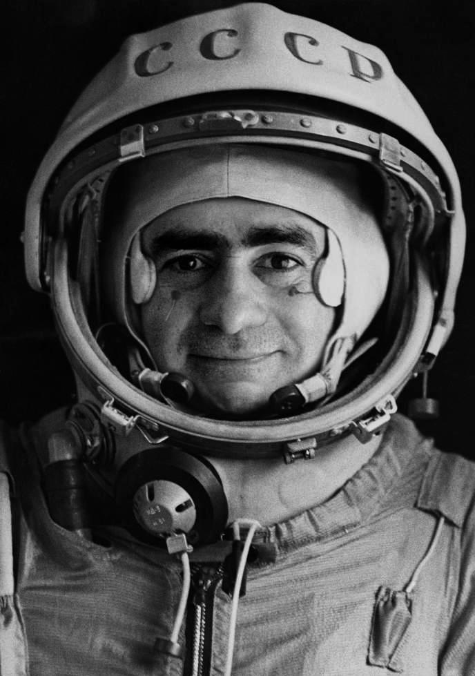 """""""Spoutnik"""", portrait officiel du pilote-cosmonaute Iván Istochnikov, 1968.  Tirage gélatino-argentique."""