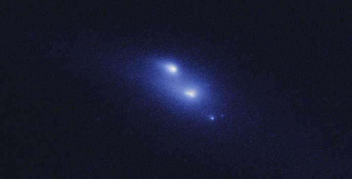 La dislocation d'un astéroïde photographiée par le télescope Hubble.
