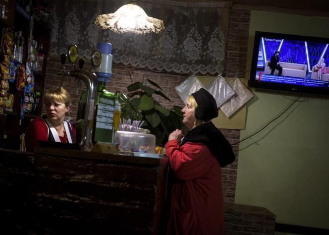 Irina boit une vodka avec une cliente, en discutant de l'avenir de la Crimée.