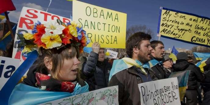 Manifestation d'Ukrainiens devant la Maison Blanche, à Washington, contre