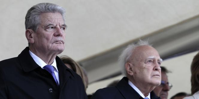 Le président allemand Joachim Gauck (à gauche) et son homologue grec Carolos Papoulias, qui a participé à la résistance antinazie de 1942 à 1944.