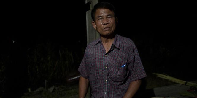Chaineuk Pho Khachang, 74 ans, chemise rouge et ex communiste,au village de Na Kae. Il nous a dit :