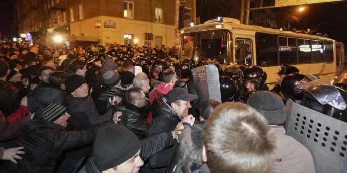 Affrontement entre police et manifestants prorusses, jeudi 6 mars à Donetsk.