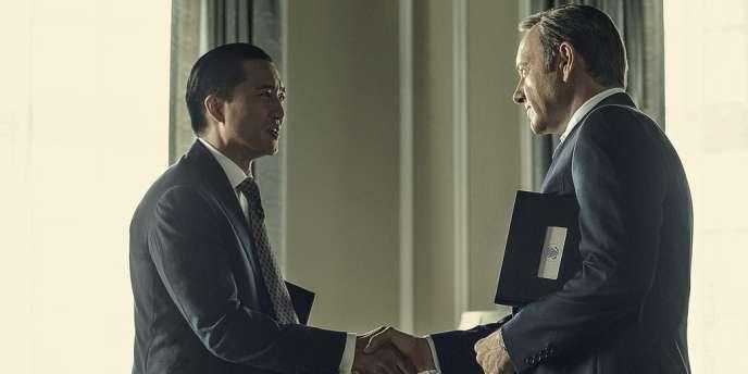 Xander Fang (Terry Chen) et Frank Underwood (Kevin Spacey) dans la saison 2 de
