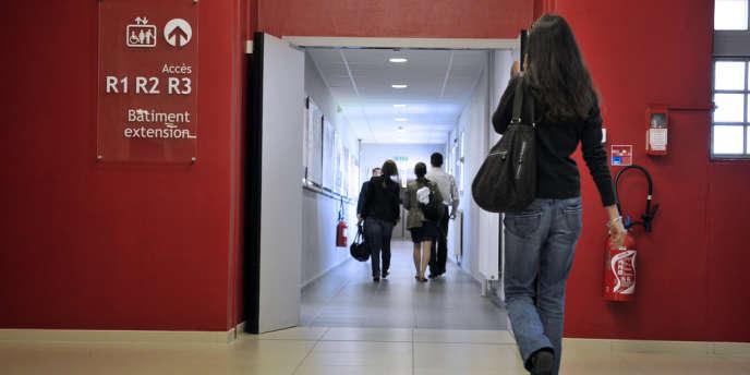 Des étudiants marchent dans un couloir de la Faculté de médecine de l'Université de Clermont-Ferrand.