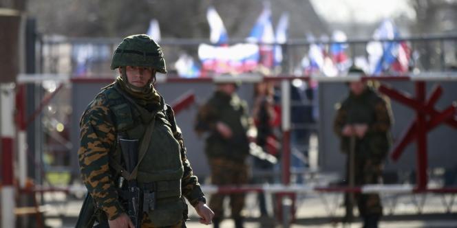 Un soldat, probablement russe, sur une base de l'armée ukrainienne en Crimée occupée par des hommes armées, le 5 mars.