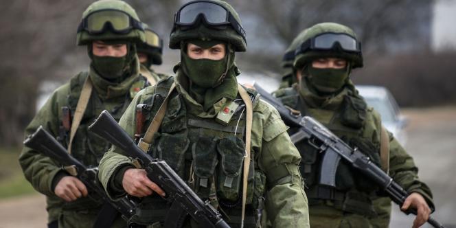Des soldats russes présents dans la base de Perevalnoye près de la ville de Simferopol.