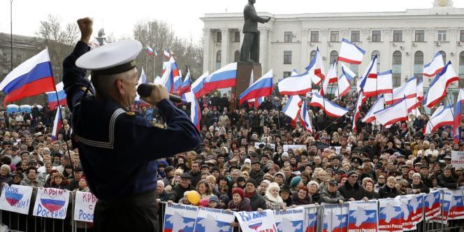 Un rassemblement prorusse à Simferopol, dimanche 9 mars.