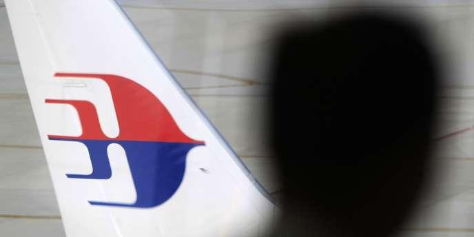Les services de sécurité malaisiens s'intéressent à deux passagers qui auraient utilisé des passeports européens volés pour embarquer à bord du Boeing 777 qui a disparu des écrans radars vendredi soir.