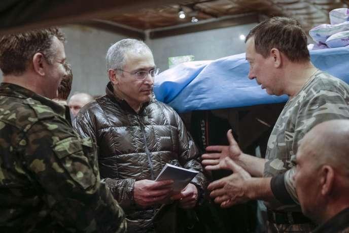Mikhaïl Khodorkovski, l'oligarque russe libéré en décembre après avoir passé dix ans en prison en Russie, s'entretient avec des membres des forces d'autodéfense place Maïdan à Kiev samedi 8 mars.