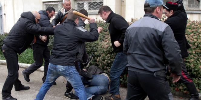Des miliciens prorusses passent à tabac un manifestant pro-européen à Sébastopol, dimanche 9 mars.