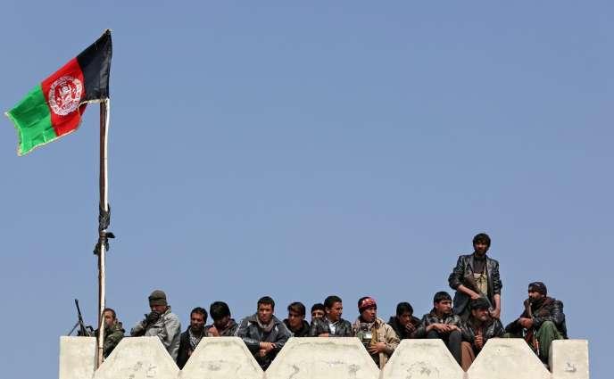 Des gardes du corps du candidat Abdullah Abdullah, surveillent une réunion publique, dans la banlieue de Kaboul, le 5 mars 2014.