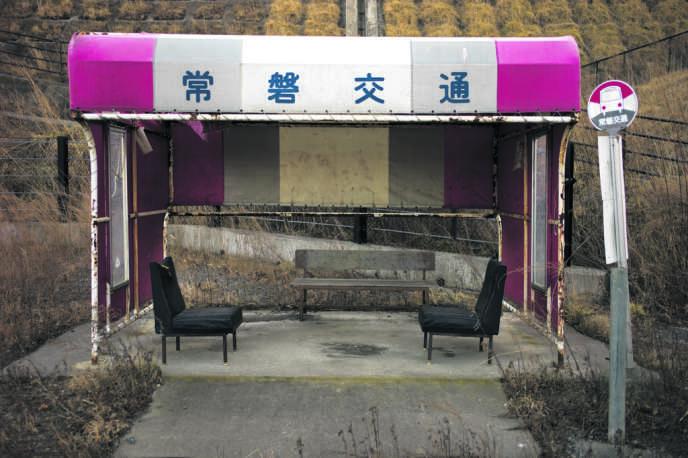 Arrêt de bus abandonné dans la ville de Tomioka, à 10 km au sud-est de la centrale de Fukushima-Daiichi.