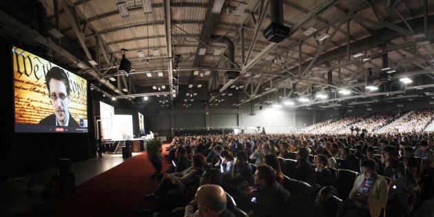 La foule suit le discours de Snowden.