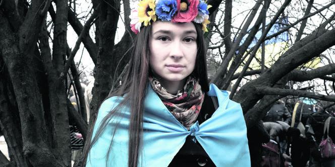 Oksana Statsenko, 22 ans, étudiante pose en marge d'une manifestation à Simferopol, le 9 mars. Ma mère est ukrainienne, mon père est bachkir. Je sais que je défends un point de vue utopique, mais je voudrais que l'Ukraine ne dépende ni de la Russie ni de l'Union européenne. Je ne vais pas voter au référendum, que je considère comme illégal. S'il aboutit au rattachement à la Russie, je quitterai la Crimée et rejoindrai l'Ukraine. »