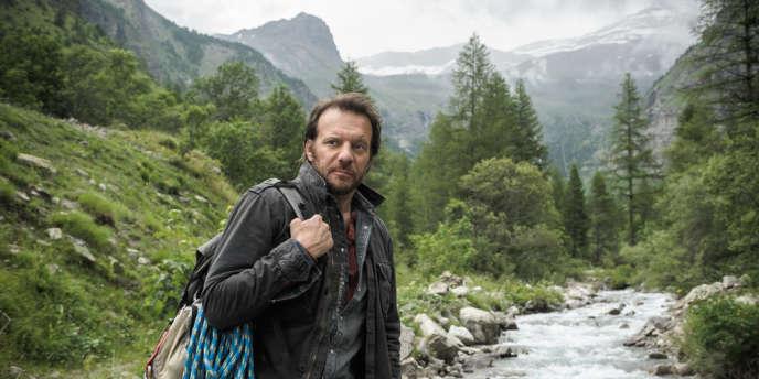 Alex Hugo (Samuel Le Bihan), ancien flic de Marseille, a quitté la ville pour une bourgade des Alpes du Sud où il croit trouver la tranquillité.