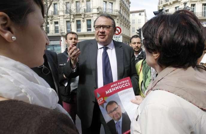 Le candidat socialiste à la mairie de Marseille Patrick Mennucci, le 10 mars dans le quatier des Noailles.