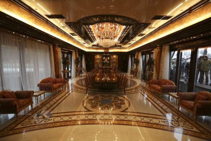 Mejgorié, la luxueuse résidence du président déchu Ianoukovicth investie par la foule, le 22 février.