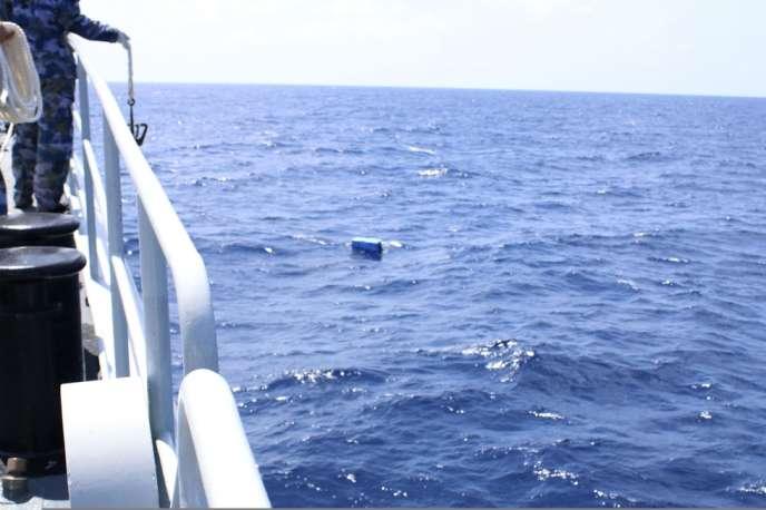 Des équipes de secours chinoises essaient de récupérer un objet flottant dans la zone où a disparu le vol MH370 de Malaysia Airlines, lundi 10 mars.