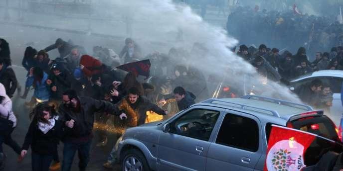 Les forces de l'ordre ont fait usage de canons à eau pour déloger les manifestants qui bloquaient une artère de la capitale.