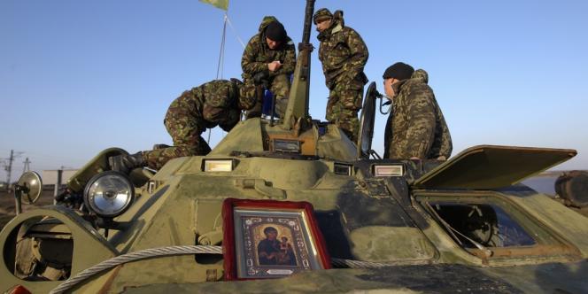 Des soldats ukrainiens à un barrage filtrant près du village de Salkovo, en Crimée, lundi.
