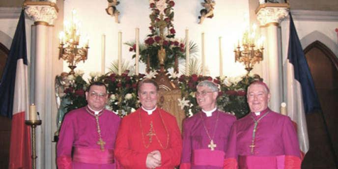 Mgr Dominique Philippe, second en partant de la gauche.
